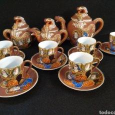 Antigüedades: JUEGO DE CAFÉ JAPONÉS. IMAGEN GEISHA, EIHO JAPON. SEIS SERVICIOS, GRANATE. Lote 190123715