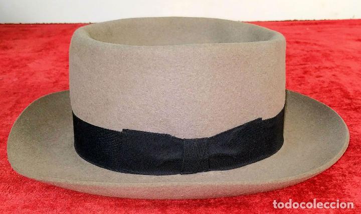 SOMBRERO DE CABALLERO. FIELTRO GRIS CLARO. MAGRIÑÁ BARCELONA. ESPAÑA. CIRCA 1930 (Antigüedades - Moda - Sombreros Antiguos)