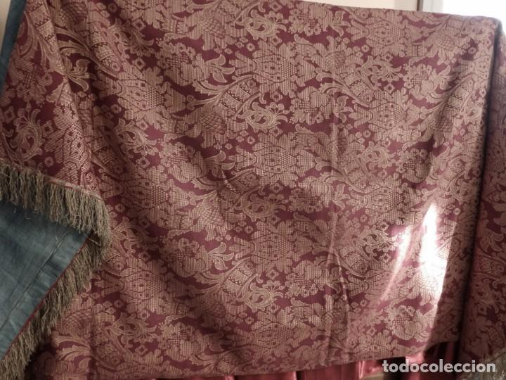Antigüedades: Enorme frente del siglo XIX confeccionado en seda brocada y fleco de plata. Mide 286 x 109 cm. - Foto 2 - 184741097