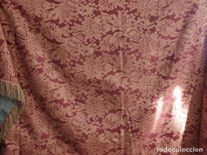 Antigüedades: Enorme frente del siglo XIX confeccionado en seda brocada y fleco de plata. Mide 286 x 109 cm. - Foto 3 - 184741097