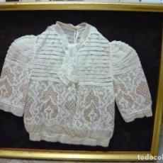 Antigüedades: VESTIDO ENCAJE DE BOLILLOS SIGLO XIX ENMARCADO. Lote 190352506