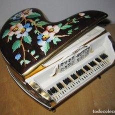 Antigüedades: ANTIGUA CAJA JOYERO PIANO DE COLA PORCELANA TIPO CAPO DI MONTE PINTADA A MANO AÑOS 50. Lote 190364420