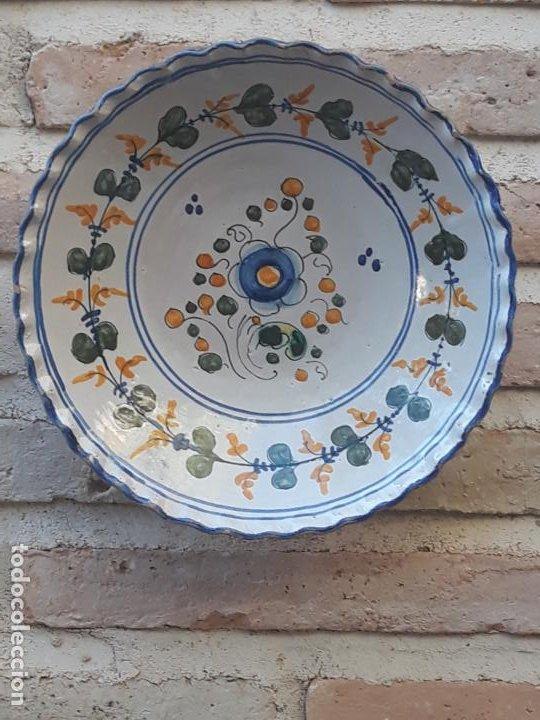 PLATO ANTIGUO DE TALAVERA DE LA REINA ( TOLEDO ) FIRMADO: SASO. (Antigüedades - Porcelanas y Cerámicas - Talavera)