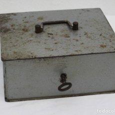 Antigüedades: ANTIGUA CAJA DE CAUDALES CON LLAVE.TAMAÑO GRANDE. 20X16,5X9CM. Lote 190421805