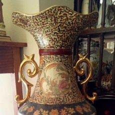 Antigüedades: ANTIGUO JARRON CHINO - DECORADO A MANO CON MOTIVOS ORIENTALES Y FLORALES - GRAN TAMAÑO. Lote 190475918