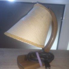 Antigüedades: LAMPARA ANTIGUA DE MESILLA DE NOCHE,MADERA DE ROBLE Y TEJIDO. Lote 190483415