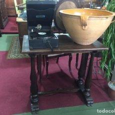 Antigüedades: MESA AUXILIAR CON PATAS TORNEADAS. Lote 190487096