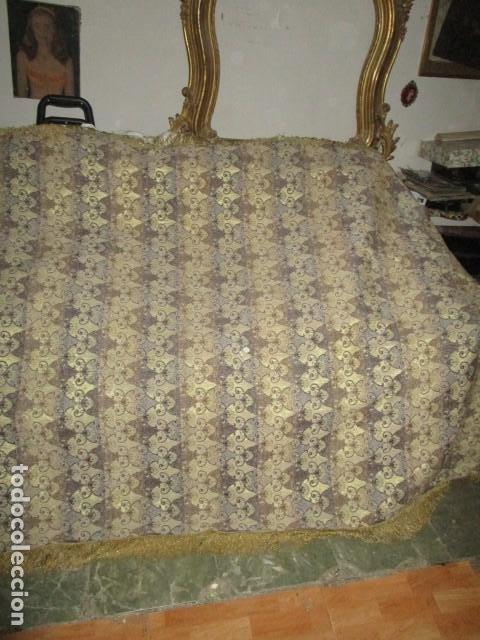 Antigüedades: ELEGANTE ANTIGUA COLCHA PARA CAMA DE 90 DORADA ADMITO OFERTAS !!!! - Foto 2 - 190504611