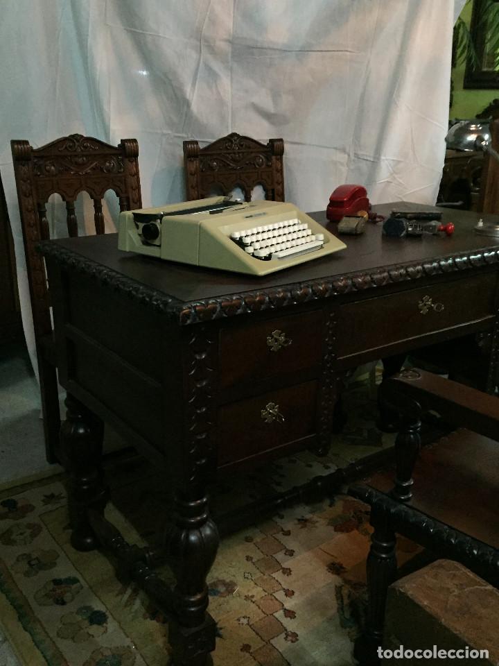Antigüedades: Mesa de despacho, tallada en castaño con sillón y 2 sillas - Foto 3 - 190516288