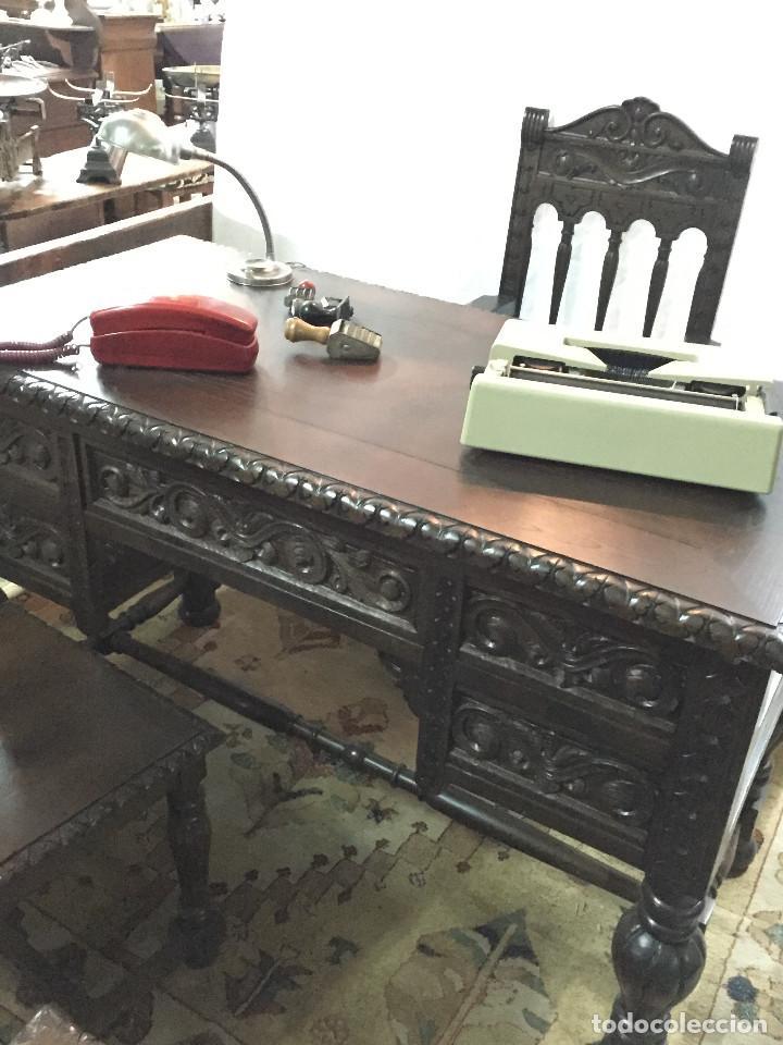 Antigüedades: Mesa de despacho, tallada en castaño con sillón y 2 sillas - Foto 4 - 190516288
