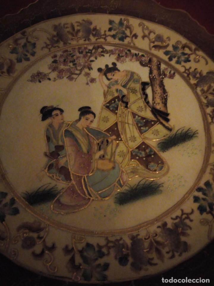 Antigüedades: Antiguo plato de porcelana satsuma motivo geishas.l. f satsuma art and painted,made in china - Foto 3 - 190563857