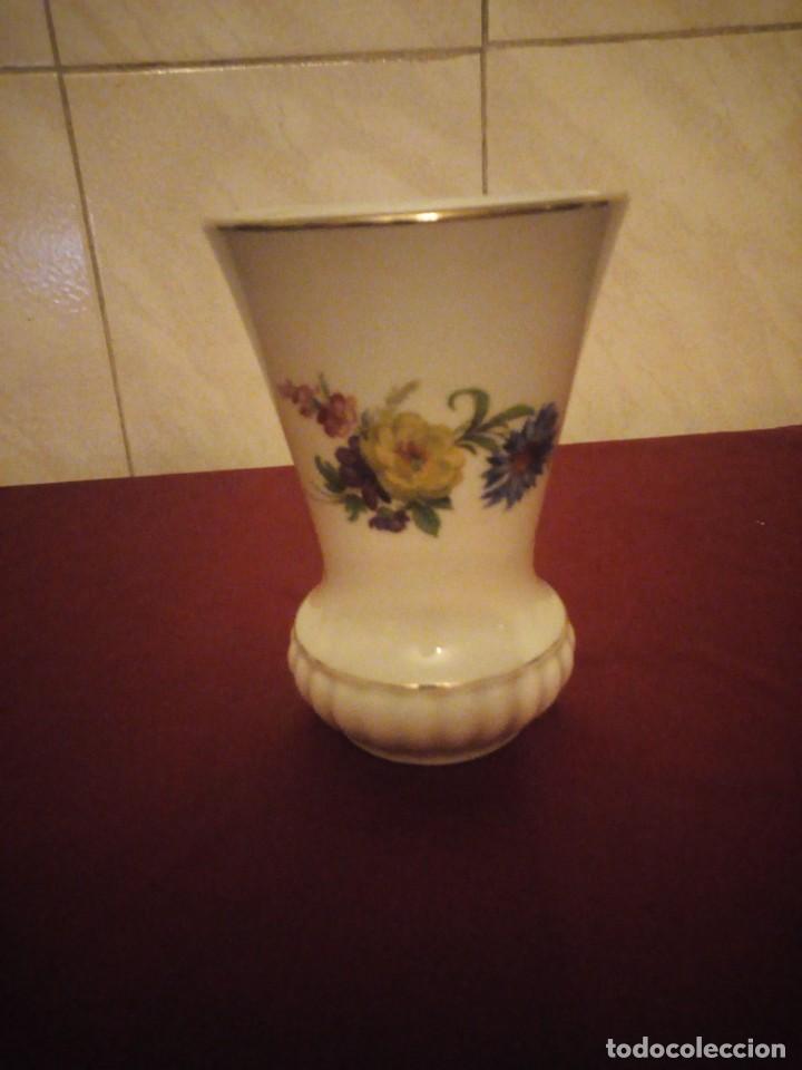 Antigüedades: Bonito jarrón de porcelana bareuther waldsassen bavaria germany,decorado con flores. - Foto 2 - 190569245