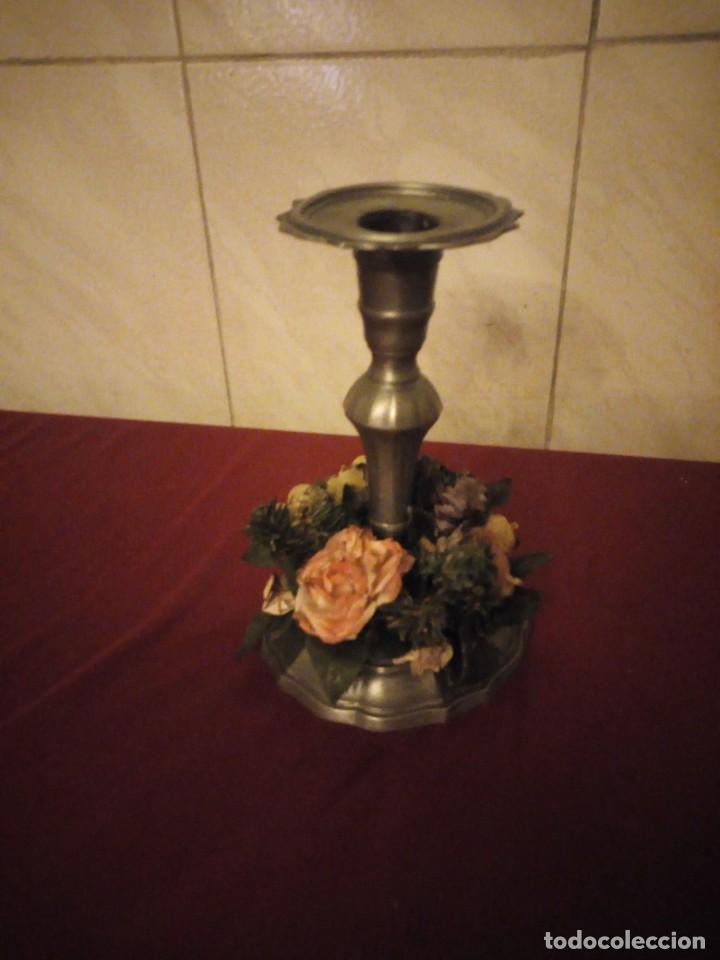 ANTIGUO CANDELABRO DE ESTAÑO CON CORONA DE FLORES. (Antigüedades - Iluminación - Candelabros Antiguos)