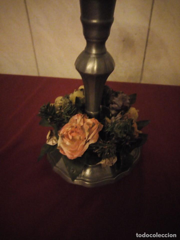 Antigüedades: Antiguo candelabro de estaño con corona de flores. - Foto 2 - 190579623