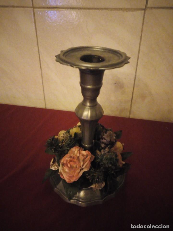 Antigüedades: Antiguo candelabro de estaño con corona de flores. - Foto 3 - 190579623