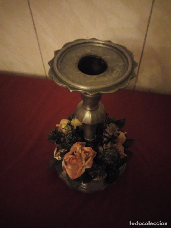 Antigüedades: Antiguo candelabro de estaño con corona de flores. - Foto 4 - 190579623
