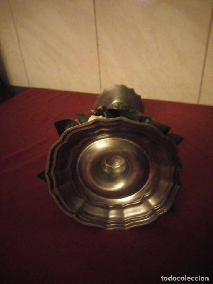 Antigüedades: Antiguo candelabro de estaño con corona de flores. - Foto 5 - 190579623