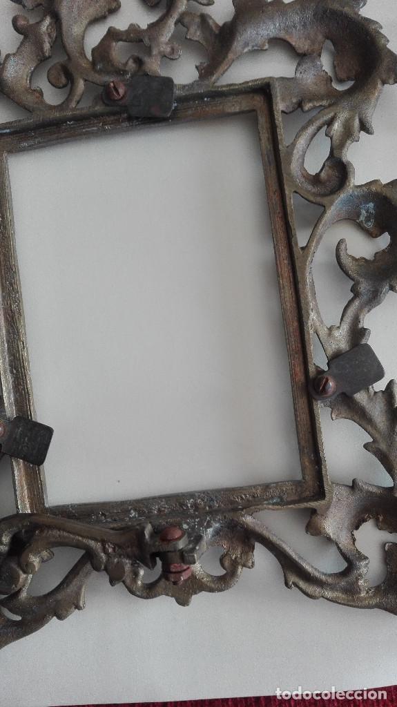 Antigüedades: 2 ANTIGUOS PORTA FOTOS PORTA RETRATOS BRONCE O LATÓN - Foto 8 - 190588748