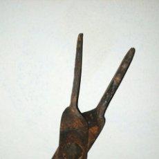 Antigüedades: PINZAS ANTIGUAS PARA CHIMENEA. Lote 190596876