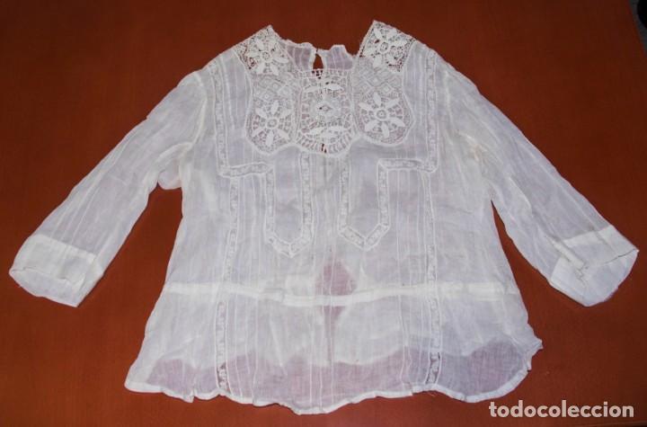 Antigüedades: Camisa interior de fino algodón con puntilla y bordados - Foto 2 - 190632987