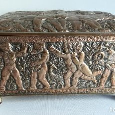 Antigüedades: COFRE JOYERO, CAJA DE COBRE CON RELIEVES MITOLOGICOS. Lote 190699361
