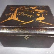 Antigüedades: CAJA MADERA JAPONESA ANTIGUA NEGRO AZULADO MOTIVOS ORIENTALES. Lote 190705315