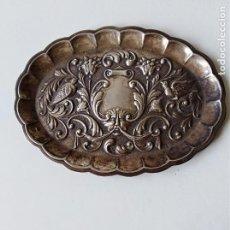 Antigüedades: BANDEJITA DE PLATA CINCELADA CONTRASTADA MUY DECORADA . Lote 190716030