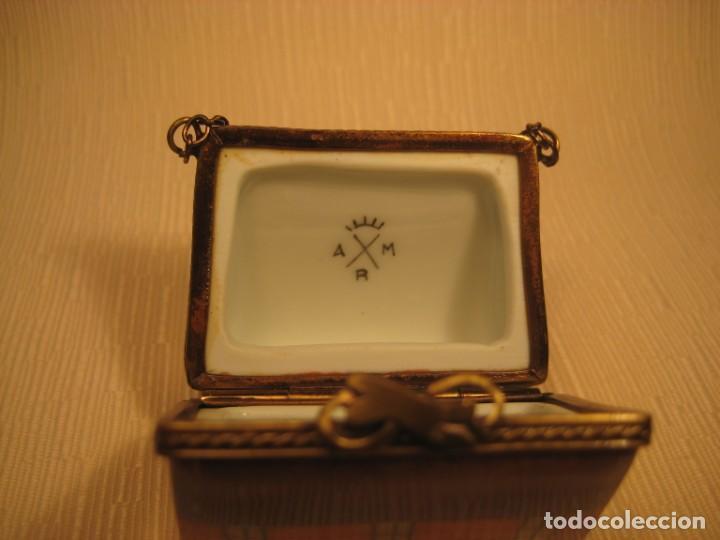 Antigüedades: CAJA DE PORCELANA DE LIMOGES PINTADA A MANO. BOLSO MALETA. - Foto 3 - 190736818