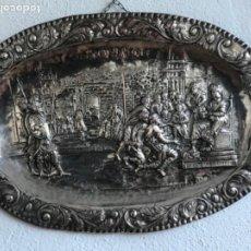 Antigüedades: GRAN BANDEJA DE COLGAR BAÑADA EN PLATA .REPUJADA. TRES CONTRASTES. FINALES S.XIX. . Lote 190803413