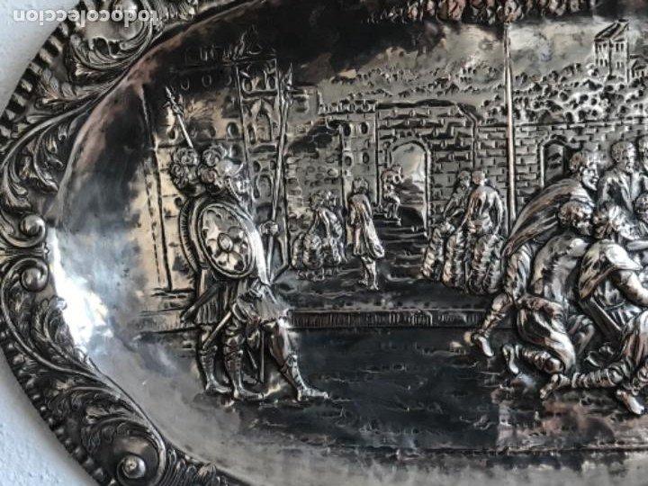 Antigüedades: GRAN BANDEJA DE COLGAR BAÑADA EN PLATA .REPUJADA. TRES CONTRASTES. FINALES S.XIX. - Foto 3 - 190803413