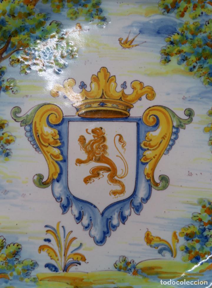 Antigüedades: Plato cerámica Talavera Ruiz de Luna con escudo real y león rampante principios del siglo XX - Foto 2 - 190822442