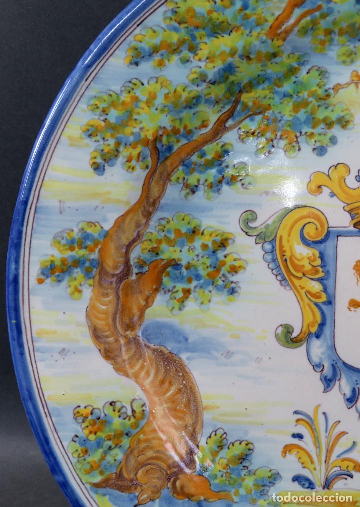 Antigüedades: Plato cerámica Talavera Ruiz de Luna con escudo real y león rampante principios del siglo XX - Foto 3 - 190822442