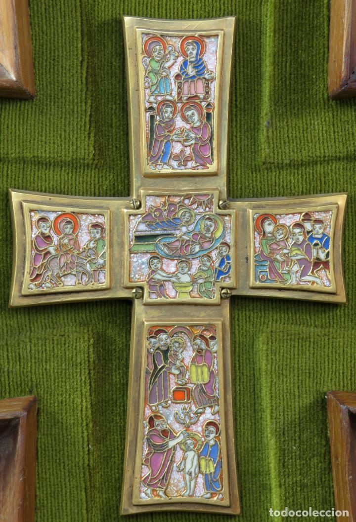 Antigüedades: Cruz de bronce con representaciones de la vida de Jesús en esmalte al fuego Modest Morato siglo XX - Foto 2 - 190832690