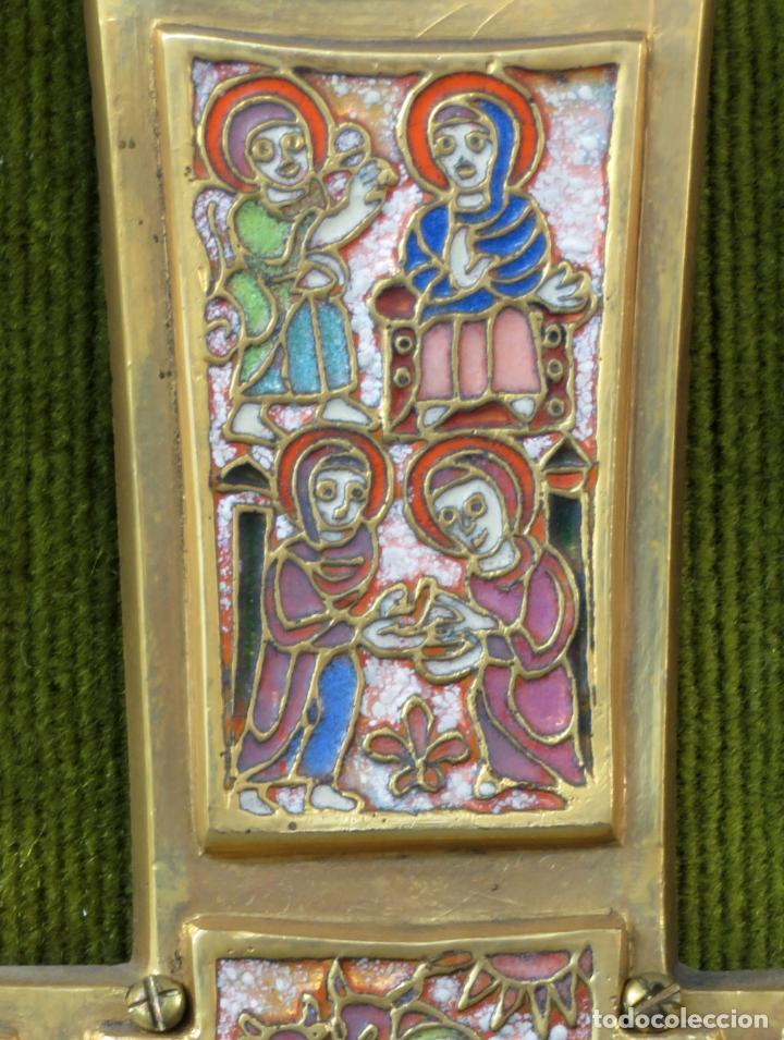 Antigüedades: Cruz de bronce con representaciones de la vida de Jesús en esmalte al fuego Modest Morato siglo XX - Foto 3 - 190832690