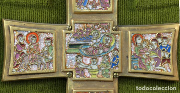 Antigüedades: Cruz de bronce con representaciones de la vida de Jesús en esmalte al fuego Modest Morato siglo XX - Foto 4 - 190832690