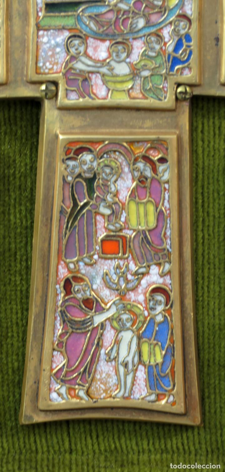 Antigüedades: Cruz de bronce con representaciones de la vida de Jesús en esmalte al fuego Modest Morato siglo XX - Foto 5 - 190832690