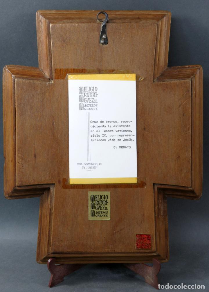 Antigüedades: Cruz de bronce con representaciones de la vida de Jesús en esmalte al fuego Modest Morato siglo XX - Foto 6 - 190832690
