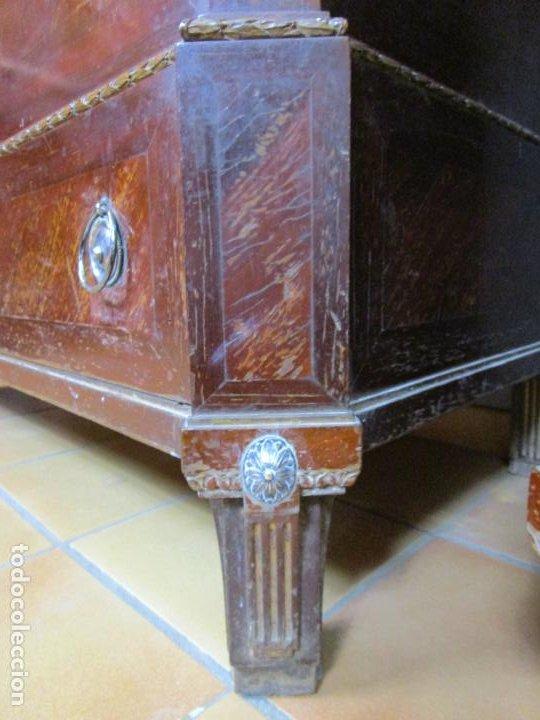 Antigüedades: Pareja de Cómodas Carlos IV - Madera de Caoba - Tiradores y Decoraciones en Plata De Ley - S. XVIII - Foto 7 - 190836568
