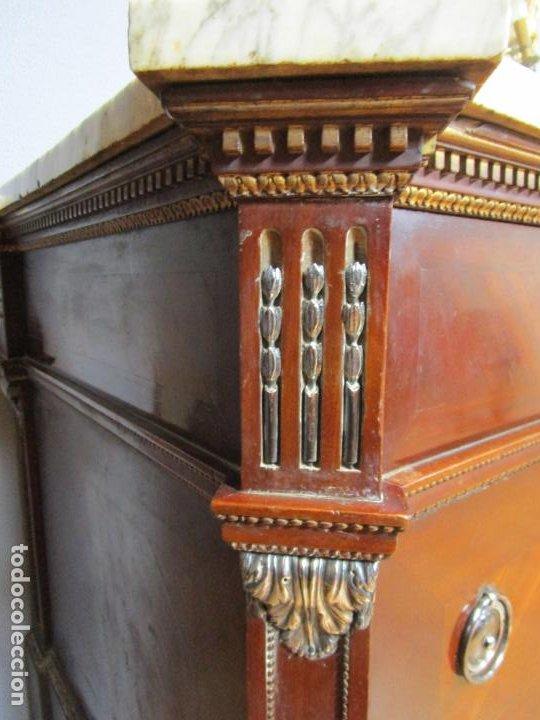 Antigüedades: Pareja de Cómodas Carlos IV - Madera de Caoba - Tiradores y Decoraciones en Plata De Ley - S. XVIII - Foto 9 - 190836568