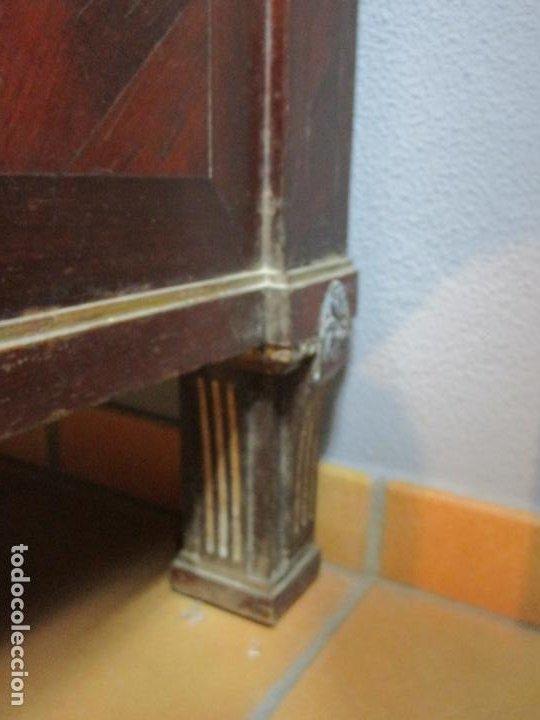 Antigüedades: Pareja de Cómodas Carlos IV - Madera de Caoba - Tiradores y Decoraciones en Plata De Ley - S. XVIII - Foto 12 - 190836568