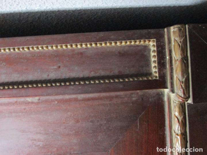 Antigüedades: Pareja de Cómodas Carlos IV - Madera de Caoba - Tiradores y Decoraciones en Plata De Ley - S. XVIII - Foto 13 - 190836568