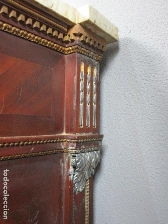 Antigüedades: Pareja de Cómodas Carlos IV - Madera de Caoba - Tiradores y Decoraciones en Plata De Ley - S. XVIII - Foto 14 - 190836568