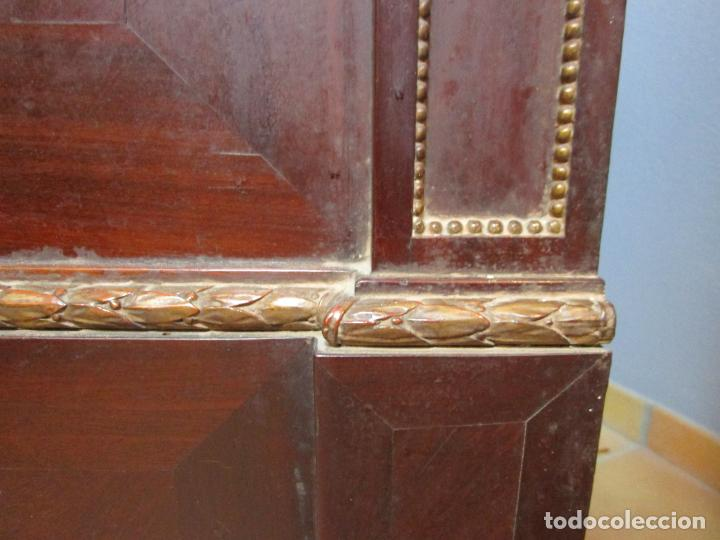 Antigüedades: Pareja de Cómodas Carlos IV - Madera de Caoba - Tiradores y Decoraciones en Plata De Ley - S. XVIII - Foto 21 - 190836568