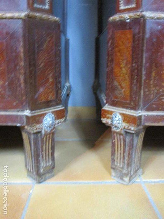 Antigüedades: Pareja de Cómodas Carlos IV - Madera de Caoba - Tiradores y Decoraciones en Plata De Ley - S. XVIII - Foto 27 - 190836568