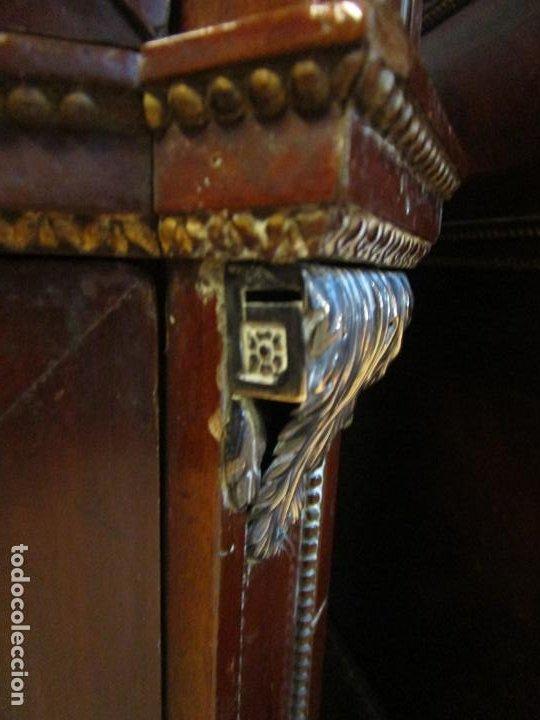 Antigüedades: Pareja de Cómodas Carlos IV - Madera de Caoba - Tiradores y Decoraciones en Plata De Ley - S. XVIII - Foto 32 - 190836568