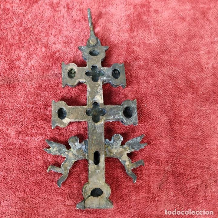 Antigüedades: CRUZ DE CARAVACA. BRONCE DORADO. ESPAÑA. XVIII-XIX - Foto 3 - 190840767