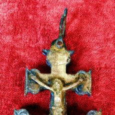 Antigüedades: CRUZ DE CARAVACA. BRONCE DORADO. ESPAÑA. XVIII-XIX. Lote 190840767