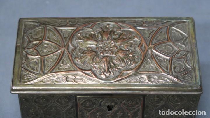 Antigüedades: ANTIGUO COFRE NEOGOTICO DE COBRE PLATEADO - Foto 2 - 190873815