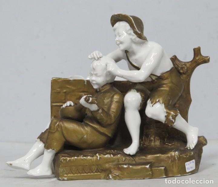 ANTIGUA FIGURA DE NIÑOS CALLEJEROS. PORCELANA. MARCA EN LA BASE. SIGLO XIX (Antigüedades - Porcelanas y Cerámicas - Otras)