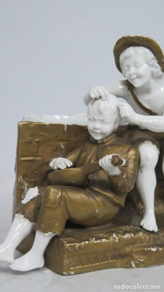 Antigüedades: ANTIGUA FIGURA DE NIÑOS CALLEJEROS. PORCELANA. MARCA EN LA BASE. SIGLO XIX - Foto 3 - 190874146